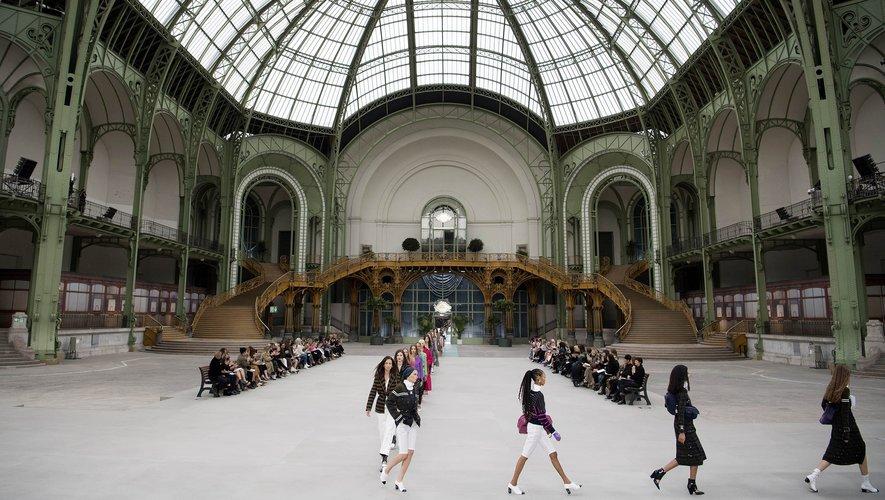 Le Grand Palais transformé en un quai de gare pour la présentation de la collection Croisière 2019-2020 de Chanel.