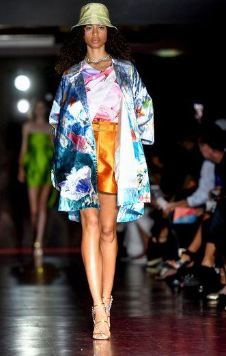 La couleur est au centre de la collection de Peter Pilotto, qui combine à merveille élégance et nonchalance avec des mini-jupes surmontées de chemises ou kimonos amples, associés à des sandales à talon et des bobs. Milan, le 18 septembre 2019.