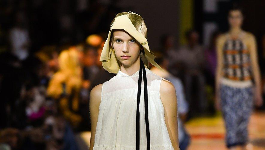 Retour aux essentiels chez Prada, qui mise sur la simplicité. Chic et rétro, la collection fait la part belle à des créations intemporelles. Milan, le 18 septembre 2019.