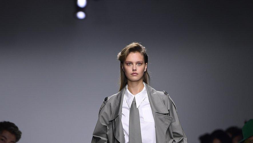 Annakiki modernise les 80's avec sa collection été 2020, qui propose de nombreuses silhouettes aux épaules très prononcées. La maison réinterprète également le tailleur en plusieurs versions, chic et contemporaines. Milan, le 18 septembre 2019.
