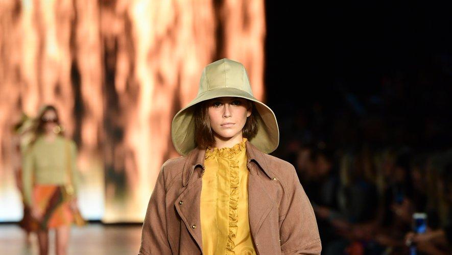 La nouvelle collection d'Alberta Ferretti est destinée à la femme active, moderne, et dynamique. A noter la palette pleine de fraîcheur et de soleil, avec du rose, du jaune, du orange, et du bleu. Milan, le 18 septembre 2019.