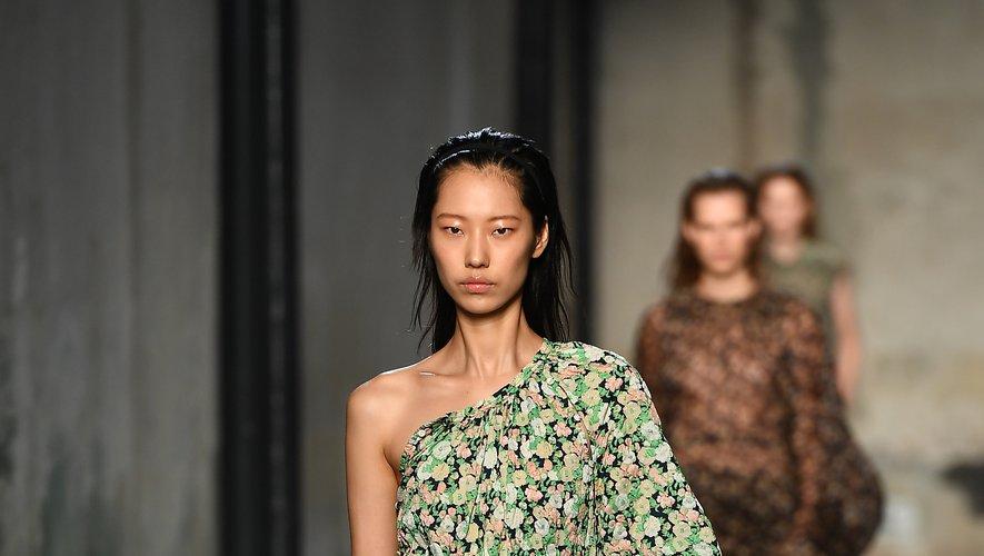 La marque N°21 mise sur une féminité à la fois puissante et délicate avec un accent porté sur l'asymétrie, la fluidité, la légèreté, et les imprimés floraux. Milan, le 18 septembre 2019.