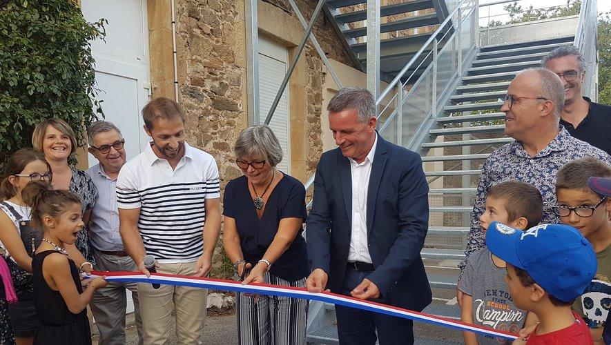 Le maire Jean-Philippe Sadoul, la directrice Mme Plantin et Lionel Cayron prêts à couper le ruban.