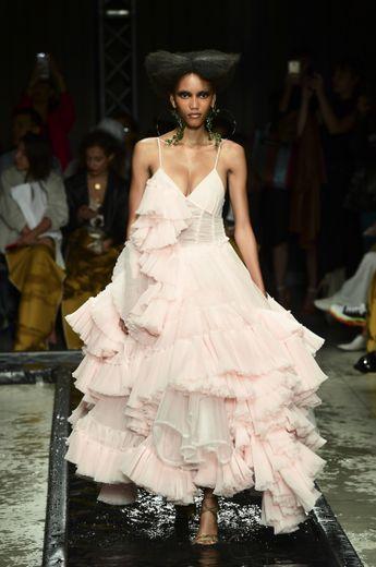 Chez Act N°1, les robes à fines bretelles sont asymétriques et se parent d'une multitude de volants en tulle, offrant une touche sensuelle et glamour. Milan, le 19 septembre 2019.