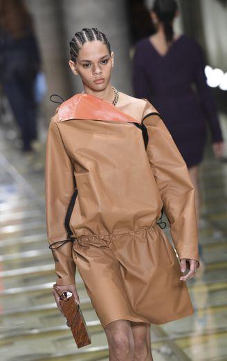 Bottega Veneta propose une garde-robe puissante et citadine, avec ça et là des pièces plus décontractées, et bien évidemment une multitude de sacs à main. Milan, le 19 septembre 2019.