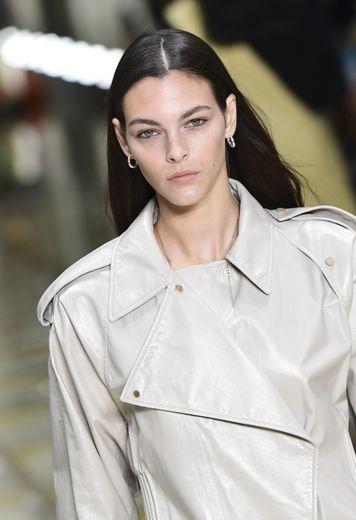 Le mannequin italien Vittoria Ceretti affiche des lèvres nude et une chevelure brillante sur le podium Bottega Veneta