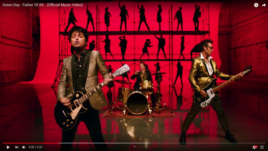 "Green Day dans leur clip ""Father Of All…""."