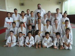 Un des groupes de judokas  avec Islam Adouyev, prêt  pour l'entraînement !