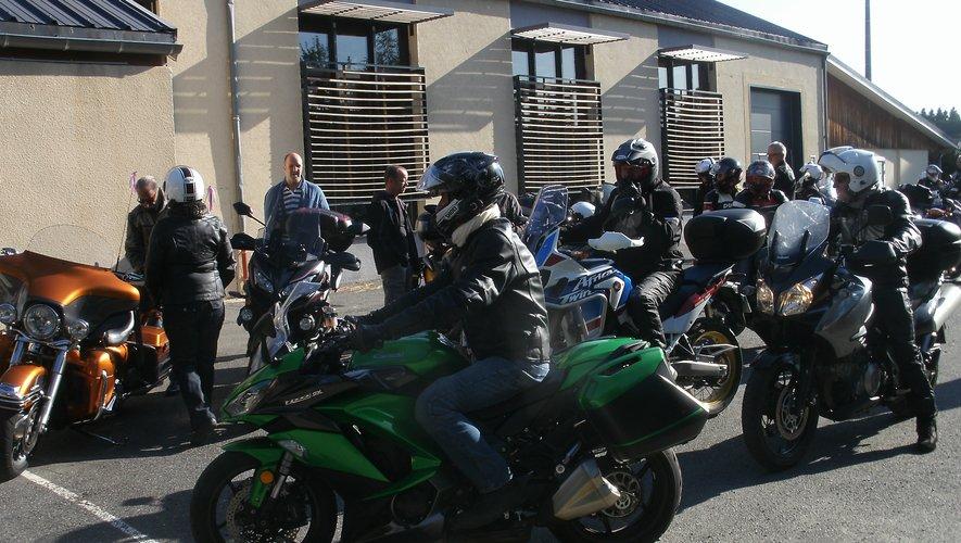 Une quarantaine de motards venus de plusieurs coins du département alignaient leurs bolides devant la salle des fêtes.