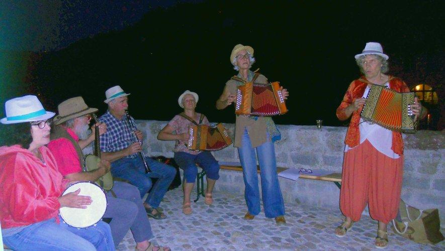 Les musiciens du «Bal Trad» ont animé l'apéritif sur le Pont de la Truyère