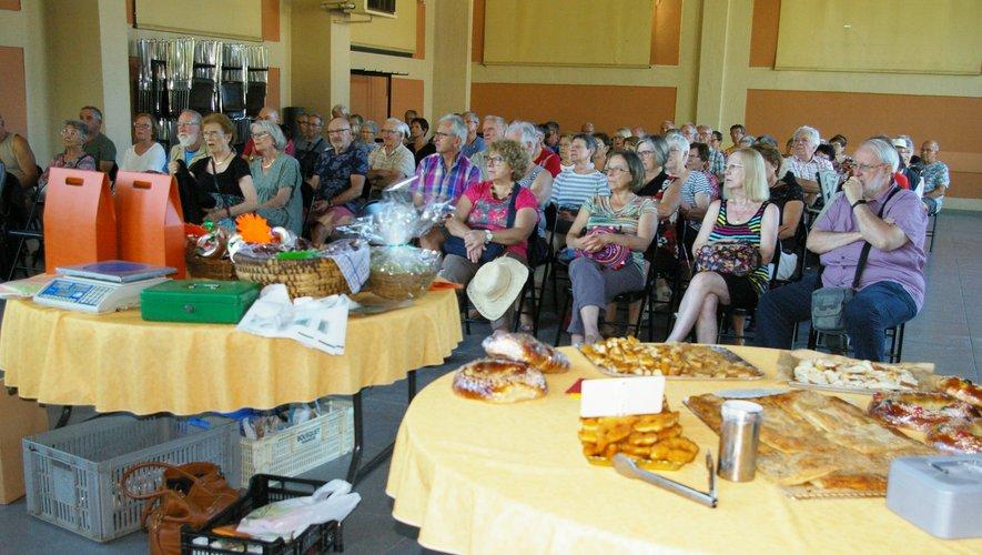 Le public curiste pendant les interventions, et dans l'attente de goûter aux produits locaux.