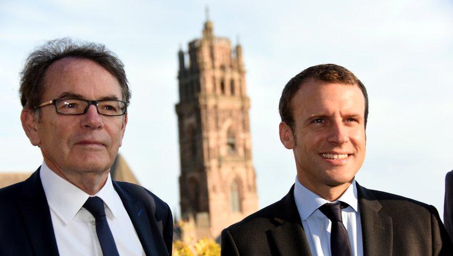 Emmanuel Macron avec le maire ruthénois Christian Teyssèdre lors de sa venue à Rodez en août 2016lorsqu'il était ministre de l'Économie.