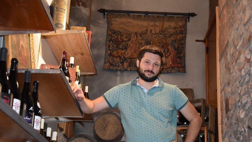 Éric Bousquet dans sa caveà vins, rue Droite, à Espalion.