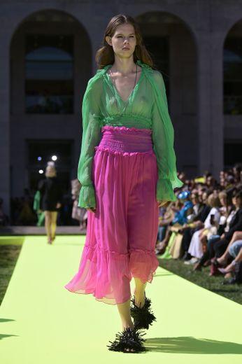 MSGM présente une collection tout en couleurs, motifs, et transparentes avec beaucoup de robes aériennes. Milan, le 21 septembre 2019.
