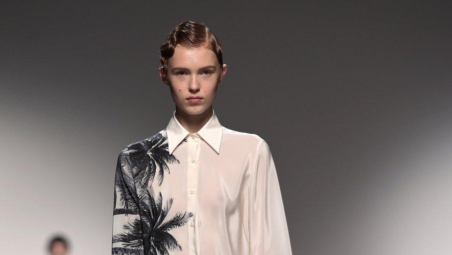 Ermanno Scervino présente une collection tout en contrastes réinterprétant le tailoring, proposant des robes fluides, des mini robes asymétriques, ou des tenues plus sporty chic. Milan, le 21 septembre 2019.