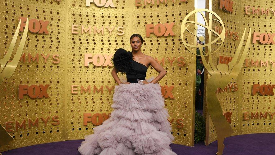 Laverne Cox est sublime dans une robe asymétrique imposante noir et mauve signée Monsoori. Los Angeles, le 22 septembre 2019.