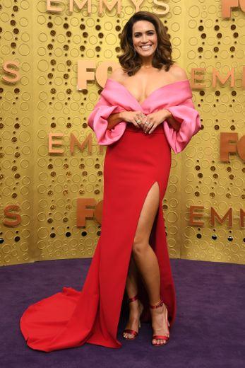 Summum du glamour pour Mandy Moore qui opte pour une robe bustier aux manches amples, rose et rouge, signée Brandon Maxwell. Los Angeles, le 22 septembre 2019.
