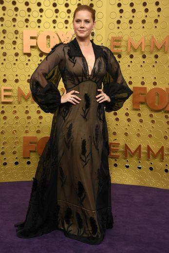 Amy Adams se démarque avec une robe noire, jouant sur la transparence, signée Fendi. Los Angeles, le 22 septembre 2019.