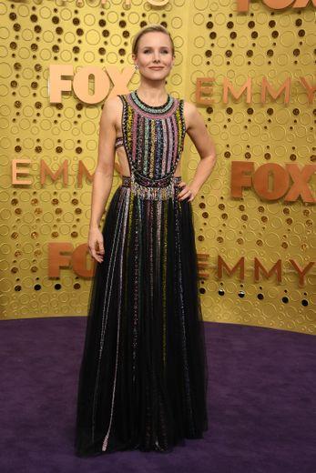 Kristen Bell est sublime dans cette longue robe aérienne, scintillante et agrémentée de bandes colorées, signée Dior. Los Angeles, le 22 septembre 2019.