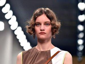 Les ondulations naturelles des mannequins de défilé Tod's étaient associées à des maquillages monochromes issus d'une palette de couleurs très automnale.