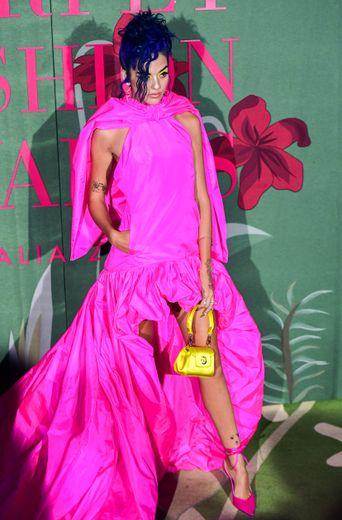 Sita Abellan a opté pour une longue robe rose vif dévoilant ses épaules, signée Trussardi. Milan, le 22 septembre 2019.