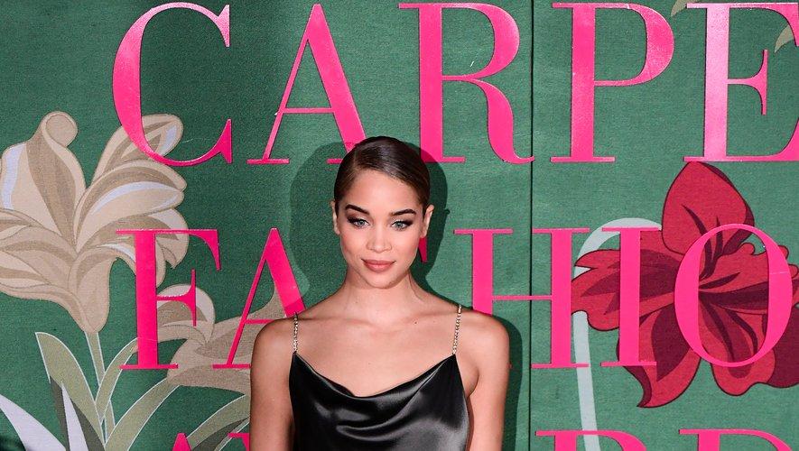 Jasmine Sanders a foulé le tapis vert dans une robe en satin noir subtilement fendue. Ultra chic. Milan, le 22 septembre 2019.