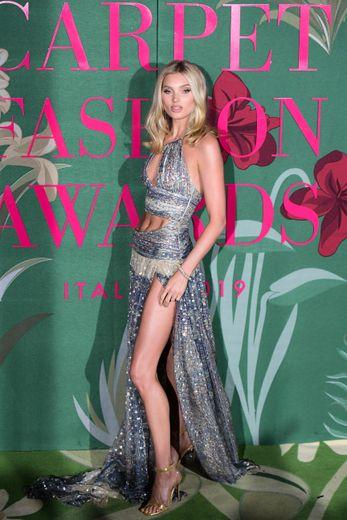 Elsa Hosk a jeté son dévolu sur une longue robe asymétrique aux découpes sensuelles, signée Etro. Milan, le 22 septembre 2019.