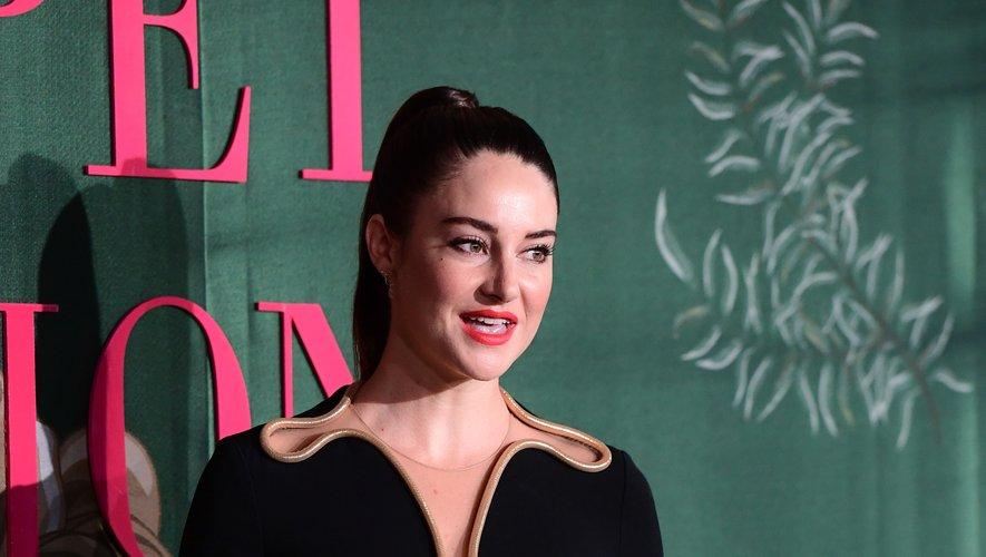 Shailene Woodley est apparue dans une petite robe noire au col tout en rondeurs signée Stella McCartney. Milan, le 22 septembre 2019.
