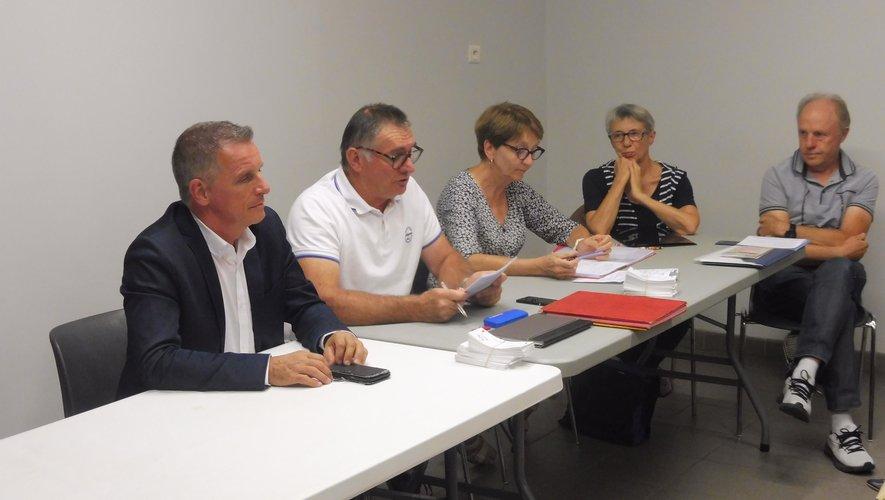 Les membres du bureaux aux côtés du président Ghislain Bou et du maire Jean-Philippe Sadoul.