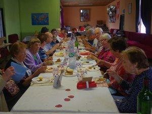 Une trentaine de personnes ont pris place autour des tables.