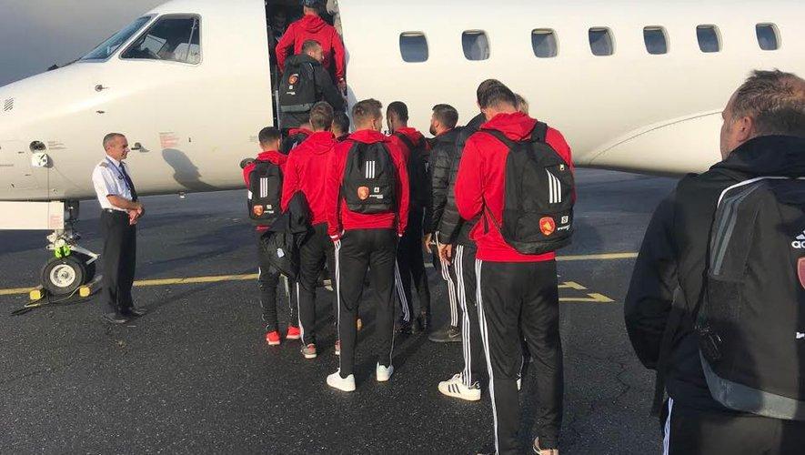 Les footballeurs ruthénois au moment de monter dans l'avion privé lundi, à l'aéroport ruthénois.