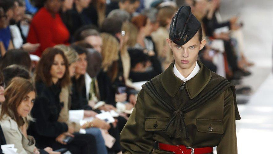 Les références militaires sont légion chez Maison Margiela comme le montrent ces chapeaux, la palette faite de marine et de kaki, et les coupes inspirées des années 30 et 40. Paris, le 25 septembre 2019.
