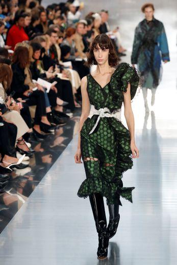 Maison Margiela propose également des créations plus optimistes, avec des robes d'inspiration rétro ornées de froufrous et portées avec de longues bottes. Paris, le 25 septembre 2019.