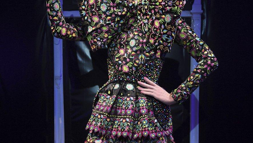 L'extravagance est de mise chez Manish Arora, qui propose des robes recouvertes d'ornements en tout genre. A noter, les mises en beauté spectaculaires des modèles. Paris, le 26 septembre 2019.