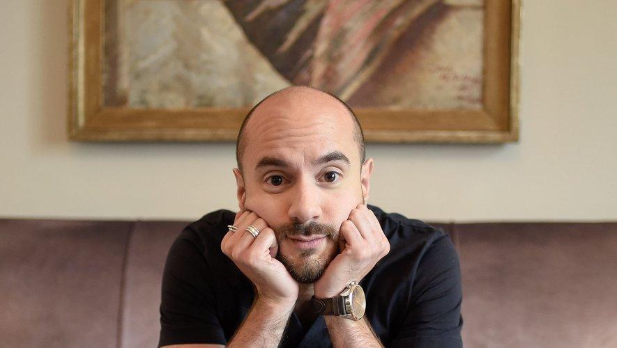 """Kyan Khojandi est connu pour avoir co-créé les séries """"Bref"""", """"Bloqués"""" et """"Serge le Mytho"""", toutes diffusées par Canal+."""
