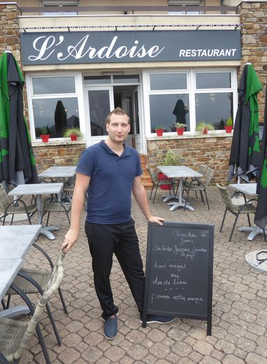 Adrien Peltier devant son restaurant « L'Ardoise ».