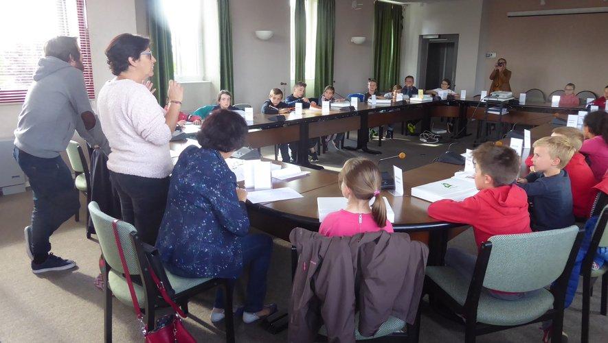 Florence Petit et les élus en charge du conseil municipal enfants lors de la dernière séance.