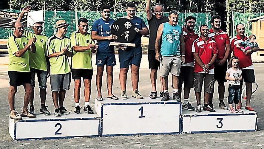L'équipe de Campouriez a remportéun magnifique trophée.