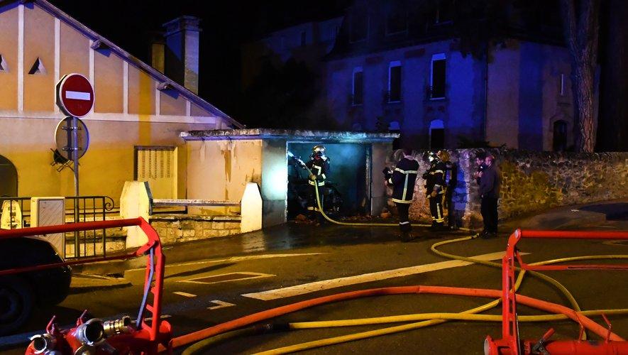Les pompiers sont rapidement intervenus pour éteindre le feu et éviter ainsi qu'il se propage à la maison mitoyenne, inoccupée.