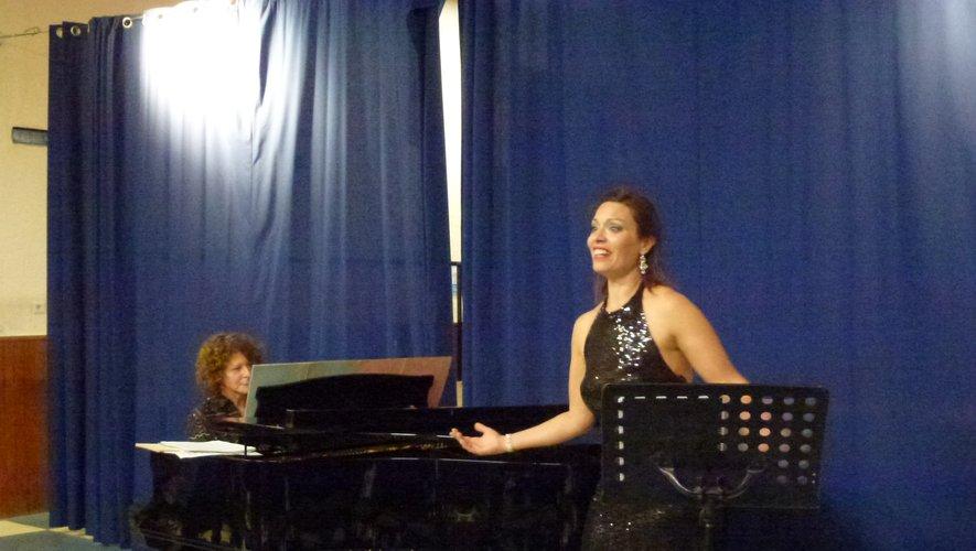 Constanza Cepedano accompagnée au piano par Sylvie Saint-Fleuret.