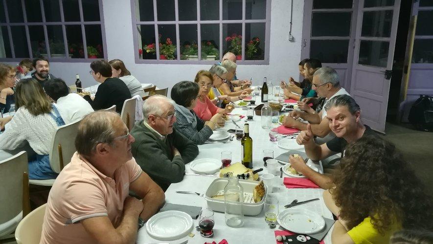 À table dans la salle du village