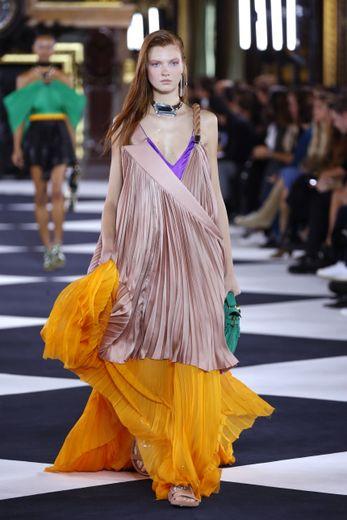 Les couleurs vives sont également très présentes chez Balmain, qui n'oublie pas cependant de décliner ses créations dans son iconique noir et blanc, tout comme les plissés. Les robes sont fluides et légères. Paris, le 27 septembre 2019.