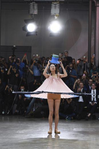 Plus qu'un défilé, c'est une performance qu'a proposé Issey Miyake avec des robes douces et légères, qui virevoltent, voire s'envolent, pour épouser avec délicatesse le corps des mannequins. Paris, le 27 septembre 2019.