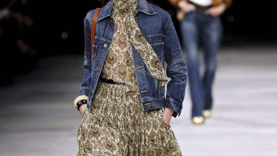 La femme Celine déambule tour à tour en jeans ou en longue jupe ou robe portées avec des bottes hautes et surmontées d'une veste en denim, toujours rock, parfois un brin bohème. Paris, le 27 septembre 2019.