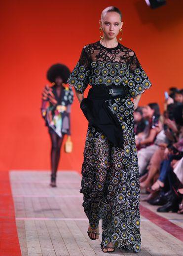 Elie Saab signe une fois encore une collection digne des plus prestigieux tapis rouges, avec de nombreuses références à l'Afrique que l'on retrouve dans certaines coupes, certains tissus et certains motifs. Paris, le 28 septembre 2019.