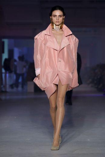 Les inspirations sont multiples chez Vivienne Westwood avec de nombreuses créations réalisées à partir de chutes de tissus non utilisés. Les jeux de volume sont légion comme ici cette robe aux épaules accentuées. Paris, le 28 septembre 2019.