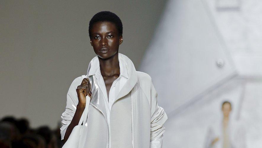 Chez Akris, les mannequins déambulent devant un sac à main géant dans des tenues essentiellement déclinées en argent, mixant des pièces fluides à des créations plus structurées, avec çà et là un esprit sportif. Paris, le 29 septembre 2019.