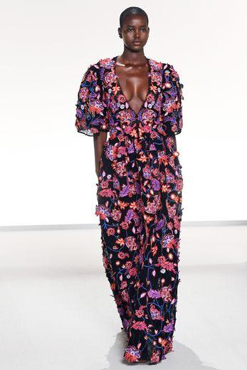 Les inspirations sont multiples chez Givenchy qui propose aussi bien des silhouettes tout cuir, que des créations en denim inspirées des nineties, ou des robes entièrement recouvertes de fleurs. Paris, le 29 septembre 2019.