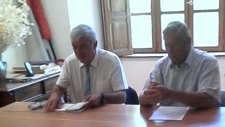 M. Bernié, sous-préfet et M. Bel, maire de Brousse-le-Château.