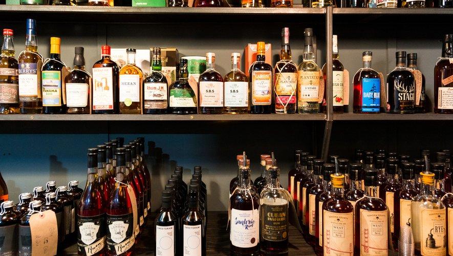 GENERIC: SpiritSelon les précédents rapports de l'OMS, les adultes en Russie boivent désormais moins d'alcool en moyenne qu'en France et en Allemagne.eux, Alcohol, Alcool, bouteilles, bottles, shop, magasin